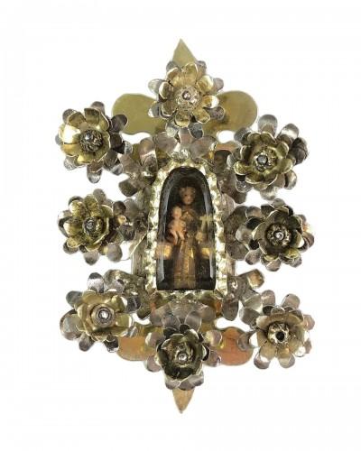 Pendentif de dévotion floral en argent doré. Colonial espagnol, fin du 17e