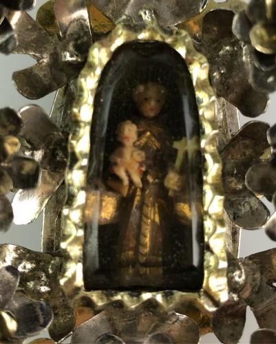 Pendentif de dévotion floral en argent doré. Colonial espagnol, fin du 17e  - Religious Antiques Style