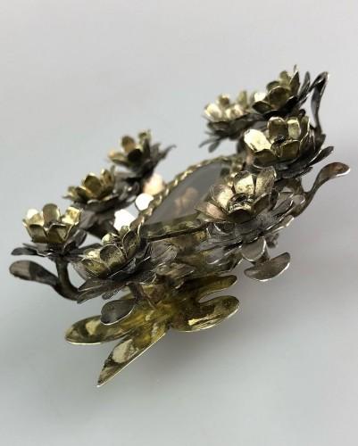 Pendentif de dévotion floral en argent doré. Colonial espagnol, fin du 17e  -