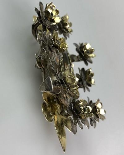 17th century - Pendentif de dévotion floral en argent doré. Colonial espagnol, fin du 17e