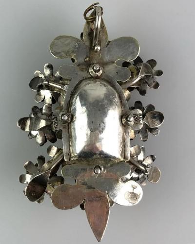 - Pendentif de dévotion floral en argent doré. Colonial espagnol, fin du 17e