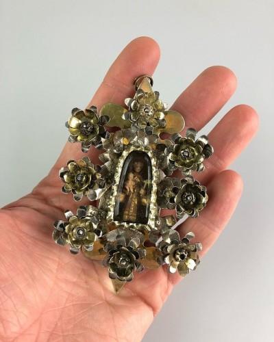 Antiquités - Pendentif de dévotion floral en argent doré. Colonial espagnol, fin du 17e