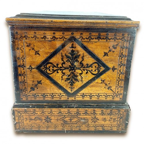 Antiquités - Penwork tea chest. French, mid 18th century.