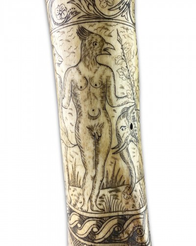 Antiquités - Antler powder flask engraved with mythical figures - Germany 17th century.