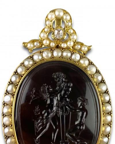 19th century - Gold, pearl & diamond pendant with Erotic agate intaglio, 19th century.