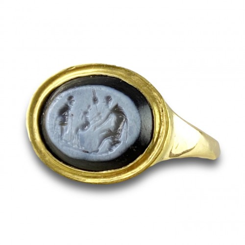 Ring with a Roman Nicolo intaglio. 2nd century A.D, later gold ring. - Curiosities Style