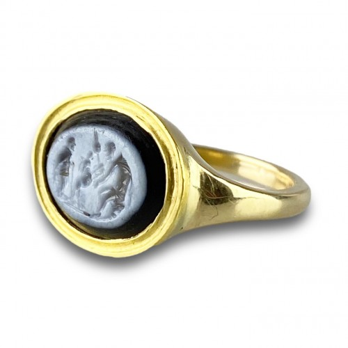 Curiosities  - Ring with a Roman Nicolo intaglio. 2nd century A.D, later gold ring.