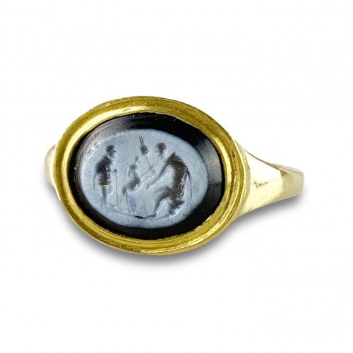 Ring with a Roman Nicolo intaglio. 2nd century A.D, later gold ring. -