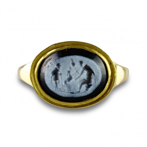 Antiquités - Ring with a Roman Nicolo intaglio. 2nd century A.D, later gold ring.