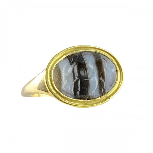 Ring with a Roman banded agate intaglio of an Antelope. 2nd-1st century BC.