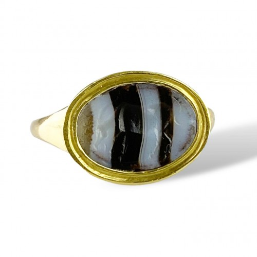 Ring with a Roman banded agate intaglio of an Antelope. 2nd-1st century BC. - Curiosities Style