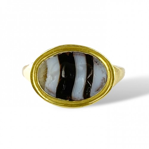 Ring with a Roman banded agate intaglio of an Antelope. 2nd-1st century BC. -