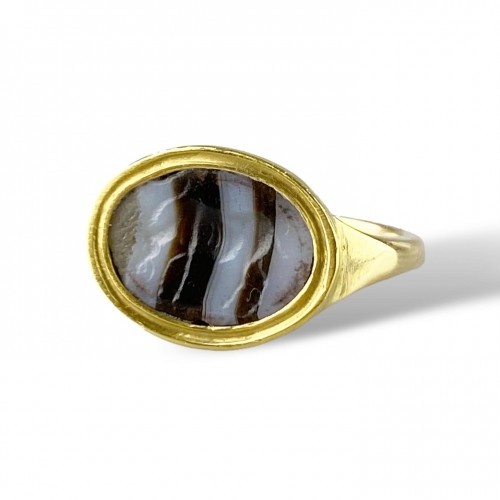 Antiquités - Ring with a Roman banded agate intaglio of an Antelope. 2nd-1st century BC.