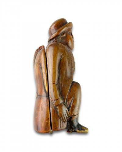 Antiquités - Fruitwood snuff box carved as a coachman relieving himself. Dutch, c.1780