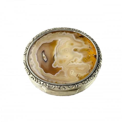 Massive silver mounted agate table snuff box. English, Circa 1820.