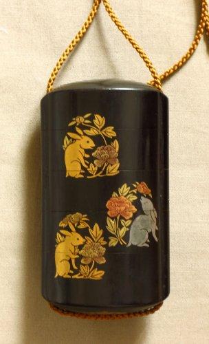 Inro en laque, lapins et chrysanthèmes - Japon, XIXe siècle