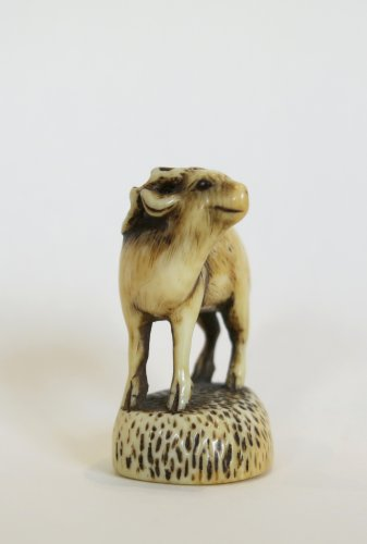 Netsuke Rantei. Deer carved, standing on his socle, Japan EDO - Asian Art & Antiques Style