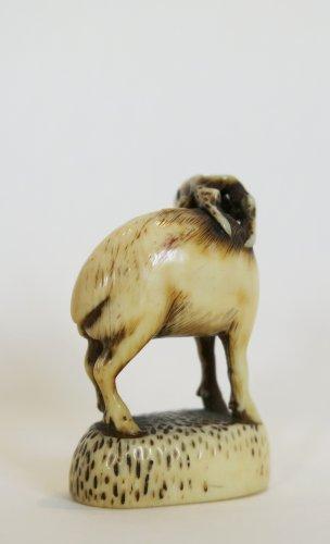 Netsuke Rantei. Deer carved, standing on his socle, Japan EDO -