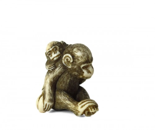 Netsuke, A group of two monkeys on ivory, Japan Edo, 19th century