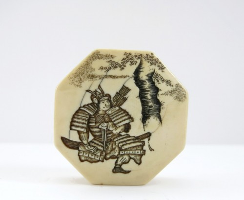 Netsuke Nice model, ivory hexagonal Manju of a samurai. Japan Meiji -