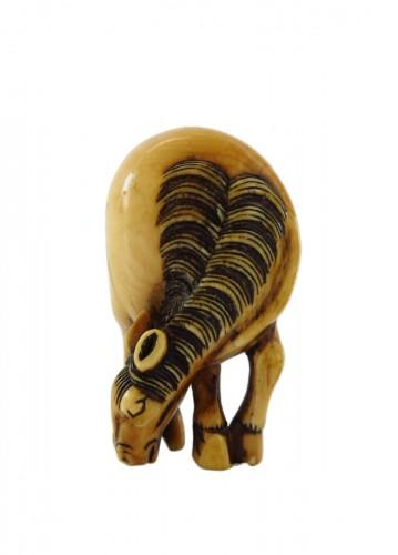 Netsuke Beautiful model of an ivory grazing horse. Japan Edo
