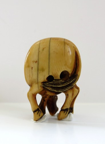 Netsuke Beautiful model of an ivory grazing horse. Japan Edo -