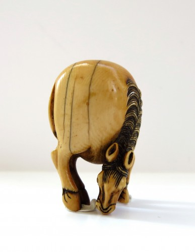 - Netsuke Beautiful model of an ivory grazing horse. Japan Edo