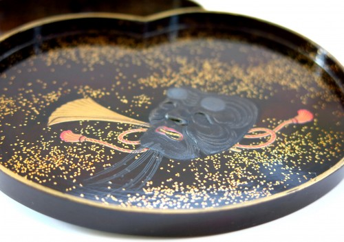 - Kogo - Fine little lacquer box. theatrical costume and mask. Japan Edo