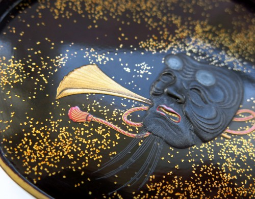 Antiquités - Kogo - Fine little lacquer box. theatrical costume and mask. Japan Edo