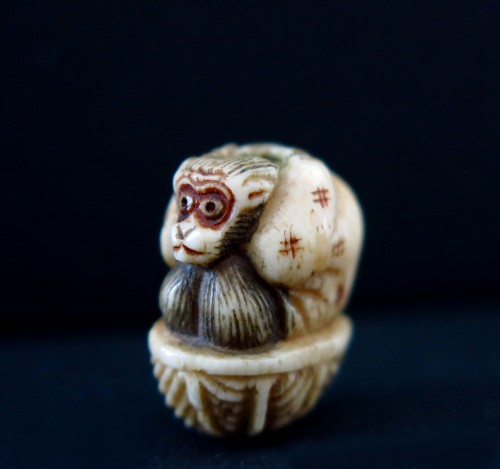 Ojime  – stag horn carved of a monkey seated on a basket. Japan Edo - Asian Art & Antiques Style