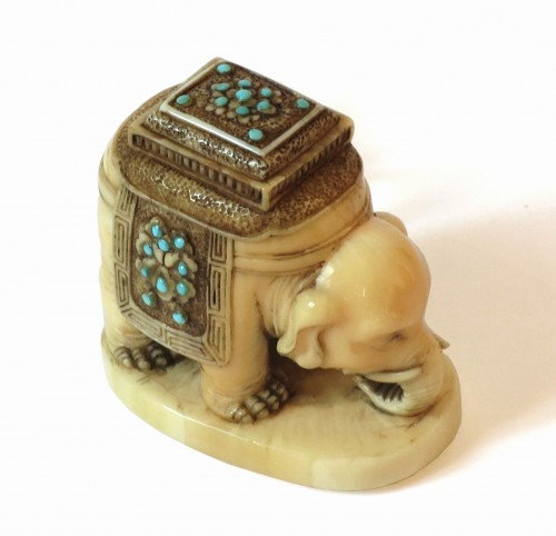 Netsuke Elephant on marine ivory standing. Japan Edo -