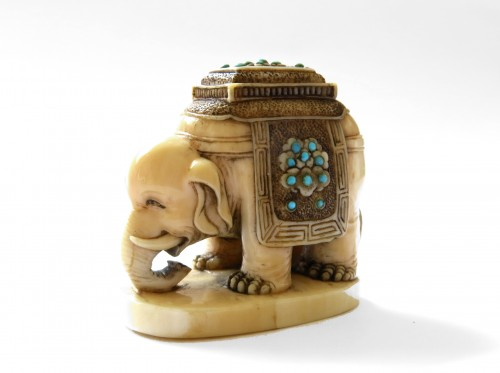 18th century - Netsuke Elephant on marine ivory standing. Japan Edo