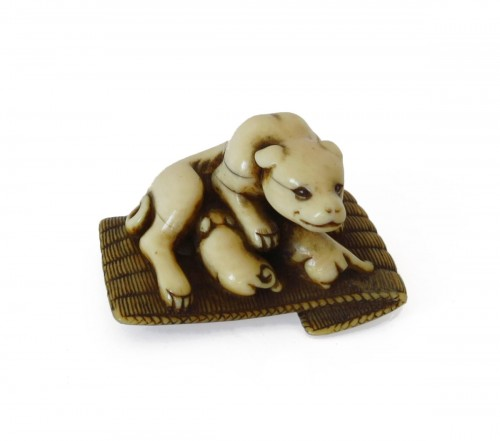 Netsuke - A female dog suckling his two puppies. Japan Edo