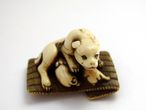 Netsuke - A female dog suckling his two puppies. Japan Edo - Asian Art & Antiques Style