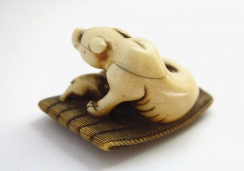 Asian Art & Antiques  - Netsuke - A female dog suckling his two puppies. Japan Edo