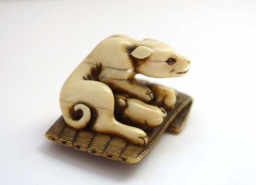 Netsuke - A female dog suckling his two puppies. Japan Edo -
