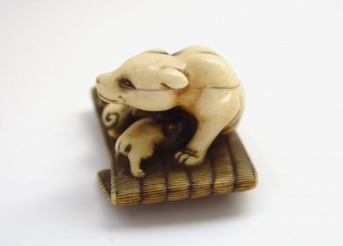 18th century - Netsuke - A female dog suckling his two puppies. Japan Edo