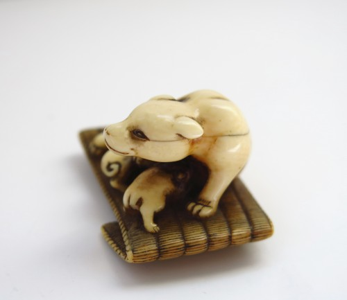 Antiquités - Netsuke - A female dog suckling his two puppies. Japan Edo