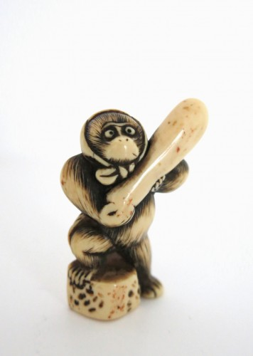 18th century - A lovely monkey, standing Netsuke Japan Edo 18th century