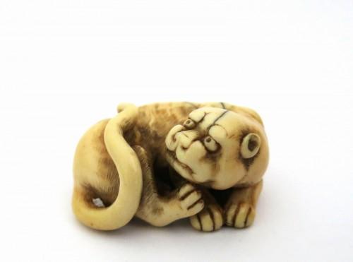 Netsuke of a tiger, crouching, on ivory. Japan Edo - Asian Art & Antiques Style