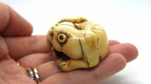 Antiquités - Netsuke of a tiger, crouching, on ivory, Japan Edo 18th