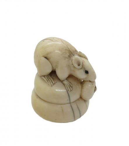 Netsuke - Rat on ivory eating a fruit. Japan Edo, 19th century