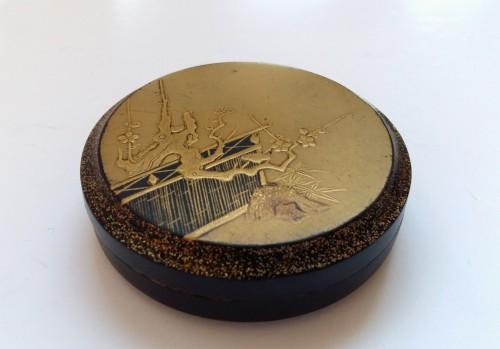 - Kôgô - A circular japanese lacquer box for incense Japon