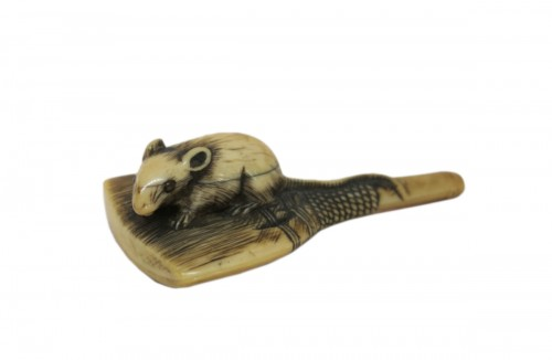 NETSUKE - Rat climbing on a brush. Japan Edo 18th century