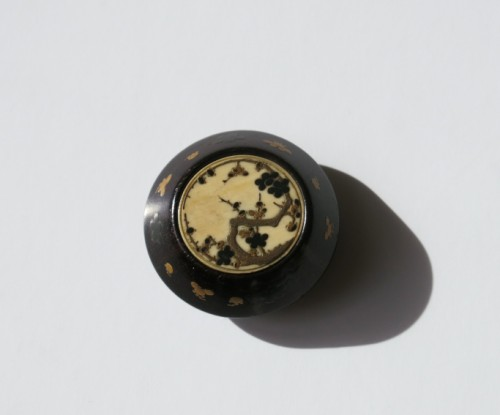 Asian Art & Antiques  - NETSUKE - A delicate model of a Kagamibuta Japan Edo