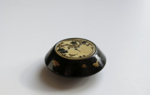 NETSUKE - A delicate model of a Kagamibuta Japan Edo -