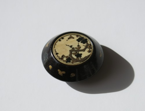 18th century - NETSUKE - A delicate model of a Kagamibuta Japan Edo