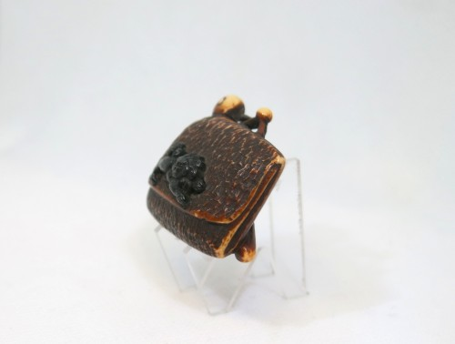 Antiquités - NETSUKE – A model of a leather pouch. Japan Edo