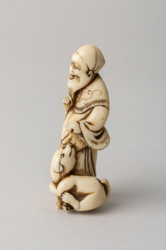 NETSUKE – An old man standing with a dog. Japan Edo - Asian Art & Antiques Style