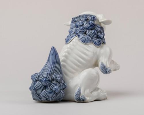19th century - Seatted Shishi - Japanese Hirado ceramic. Okimono. Japan Edo
